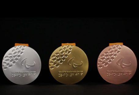 Zdjęcie przedstawia medale olimpijskie, złoty, srebrny i bronzowy.