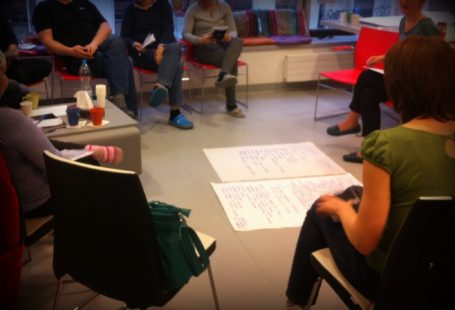 Zdjęcie przedstawia osoby zgromadzone na warsztatach dla wolontariuszy.