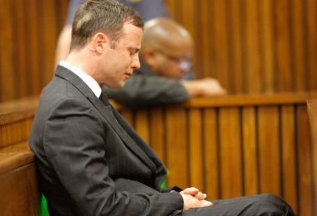 Płaczący Pistorius podczas czrozprawy w sądzie.