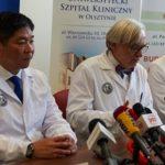 Zdjęcie przedstawia Ewę Błaszczyk, japońskiego profesora Isao Morita oraz Profesora Wojciecha Maksymowicza,