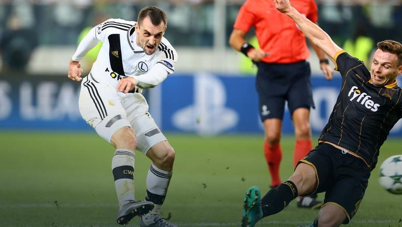 Zdjęcie przedstawia Michała Kucharczyka aka Kuchy King, podczas strzału w ostatnim meczu z Dundalk FC