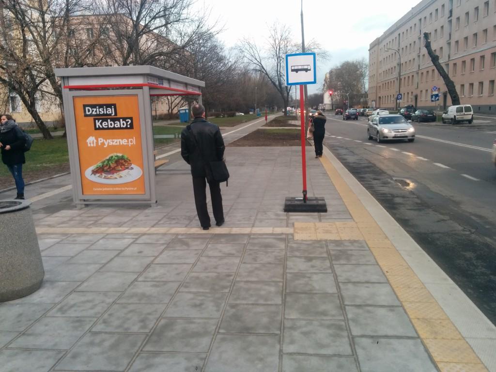 Zdjęcie przedstawia przystanek autobusowy przy ulicy Dwernickiego.