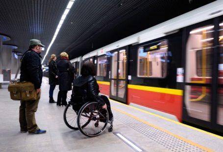 Zdjęcie przedstawia osobę niepełnosprawną na stacji metra.