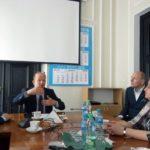 Zdjęcie przedstawia polityków siedzących w gabinecie i dyskutujących ze sobą. Od lewej: sekretarz stanu w Ministerstwie Zdrowia Jarosław Pinkas, minister zdrowia Konstanty Radziwiłł, prezes Integracji Piotr Pawłowski i przedstawicielka PSOUU