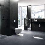 Zdjęcie przedstawia projekt łazienki firmy geberit, dopasowaną do potrzeb seniorów. Z lewej strony znajduje się prysznic, obok toaleta, po prawej stronie umywalka.