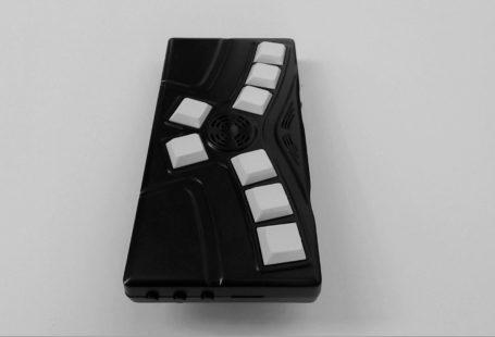 Zdjęcie przedstawia IBAI, czarne opakowanie, wyposażone w szereg białych, dużych przycisków.