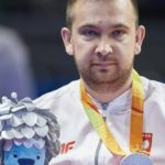 Zdjęcie przedstawia Postret Rafała Czupra z powieszonym na szyi medalem.