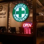 Na zdjęciu widnieje sklep z medyczna marihuaną znajdujący się w USA