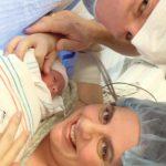 Na zdjęciu znajduje się mała lynlee boemer, wraz z uśmiechniętą mamą oraz pozującym razem z nimi do zdjęcia lekarzem. Zdjęcie wykonane najprawdopodobniej tuz po narodzinach, lekarz ma maseczkę na twarzy a mama czepek na głowie.