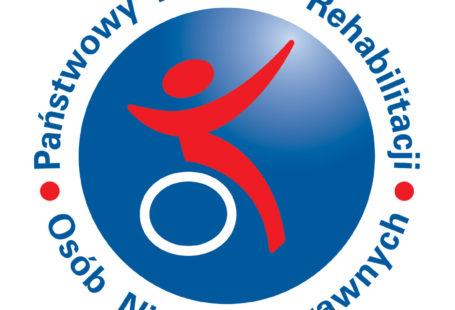 Na obrazku znajduje sie logo PFRON. Jest to niebieskie koło, a w jego środku znajduje sie czerwony zarys człowieka siedzacego na białym kole, imitującego wózek inwaliszki. Naokoło grafiki znajduje się niebieski napis Państwowy Fundusz Rehabilitacji Osob Niepełnosprawnych