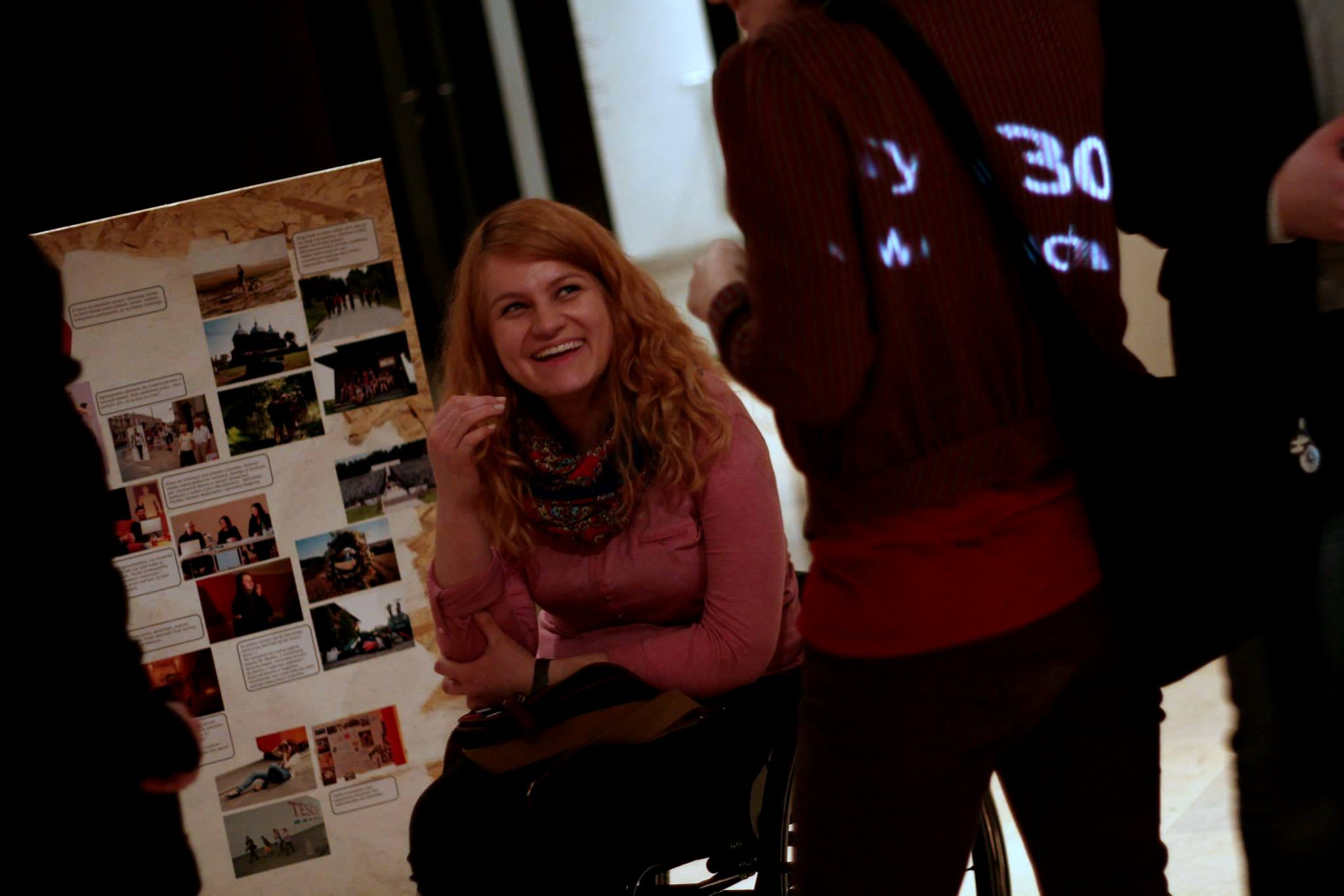 Uśmiechnięta Katarzyna Bierzanowska w budynku pełnym ludzi.