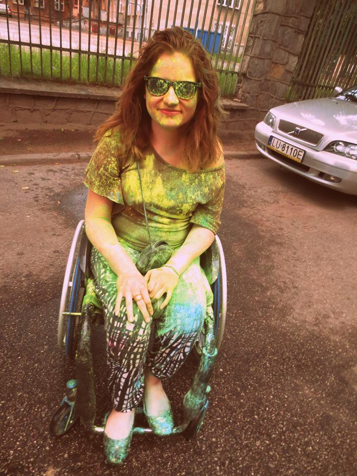Katarzyna Bierzanowska ubrudzona kolorowymi farbkami w okularach przeciwsłonecznych.