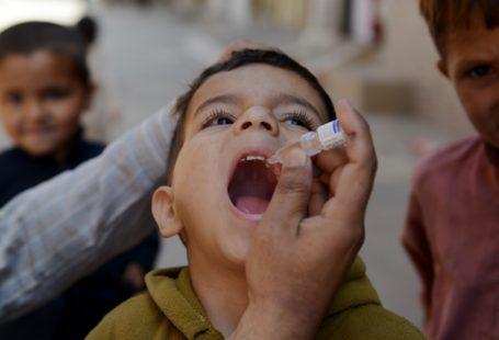 Na zdjęciu widoczny jest Pakistański chłopczyk, któremu aplikowana jest doustnie szczepionka na Polio.