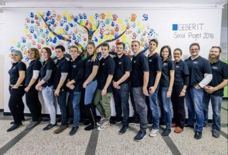 Na zdjeciu znajduje się grupa wszytskich wolontariuszy Geberit i koordynatorka projektu