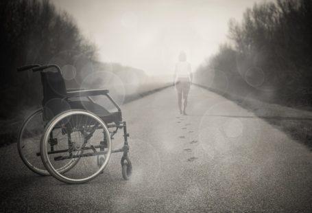 Na zdjęciu na pierwszym planie znajduje się wózek inwalidzki, na drugim natomiast krocząca tylem do obiektywu kobieta, która odbiła ślady swych stóp na ziemi. Można przypuszczać, ze wstała z niego i teraz idzie w dal na własnych nogach. Zdjęcie jest czarno-biale i melancholijne.