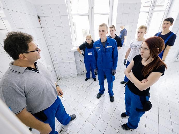 Na zdjęciu znajdują się wolontariusze Geberit w obraniach roboczych w wyremontowanej łazience