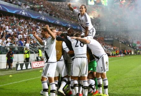 Na zdjęciu widać trumfujących piłakrzy Legii po meczu.
