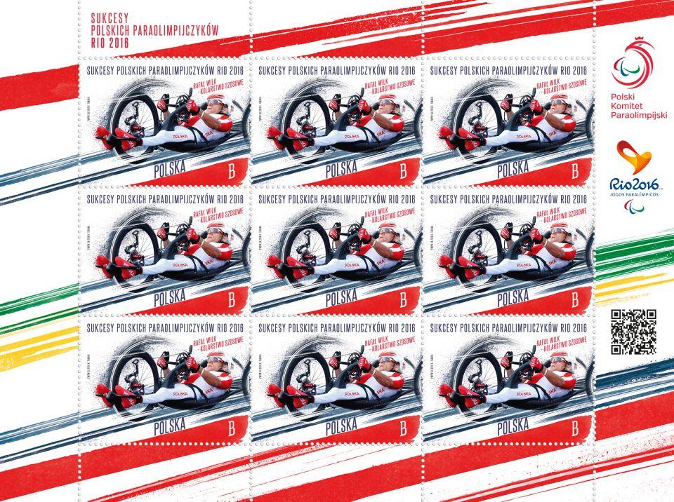 Zdjęcie przedstawia dziewięć znaczków pocztowych z Paraolimpijczykiem Rafałem Wilkiem podczas zmagań w handbike'u