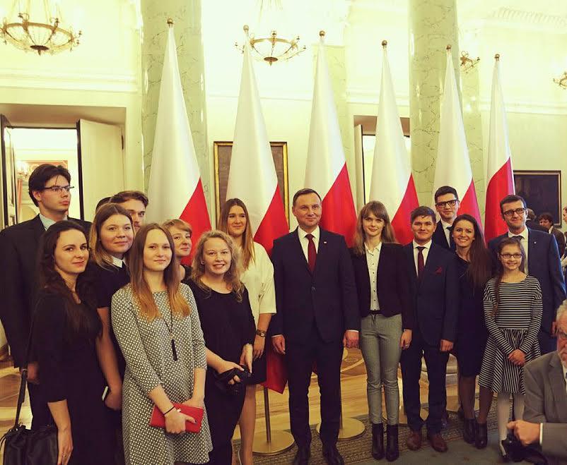 Członkowie fundacji wspólnie pozują do zdjęcia z prezydemtem Andrzejem Dudą w czasie wręczenia Nagrody Prezydenta RP dla fundacji