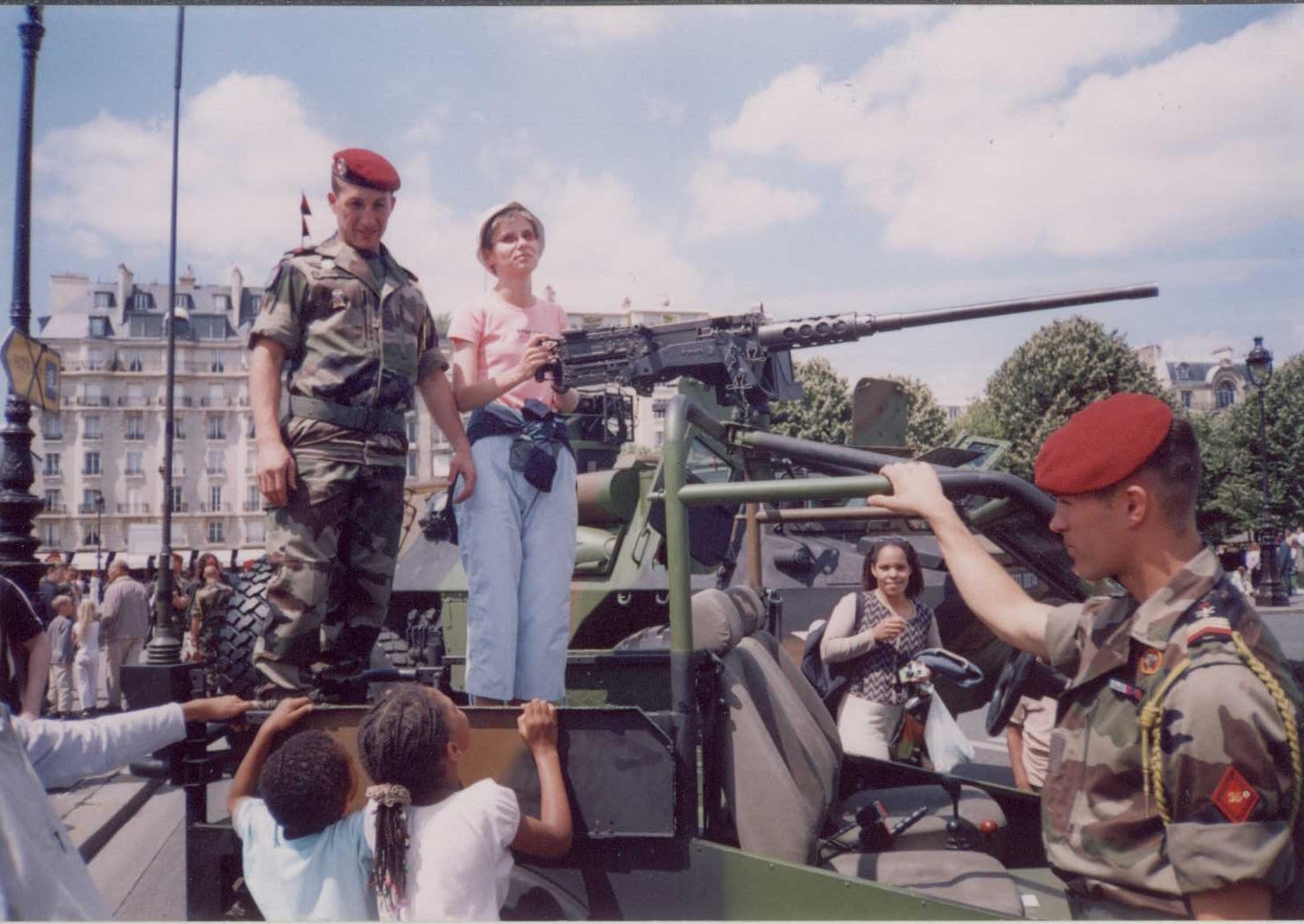 14 lipca 2004 na paryskiej armacie z żołnierzami.