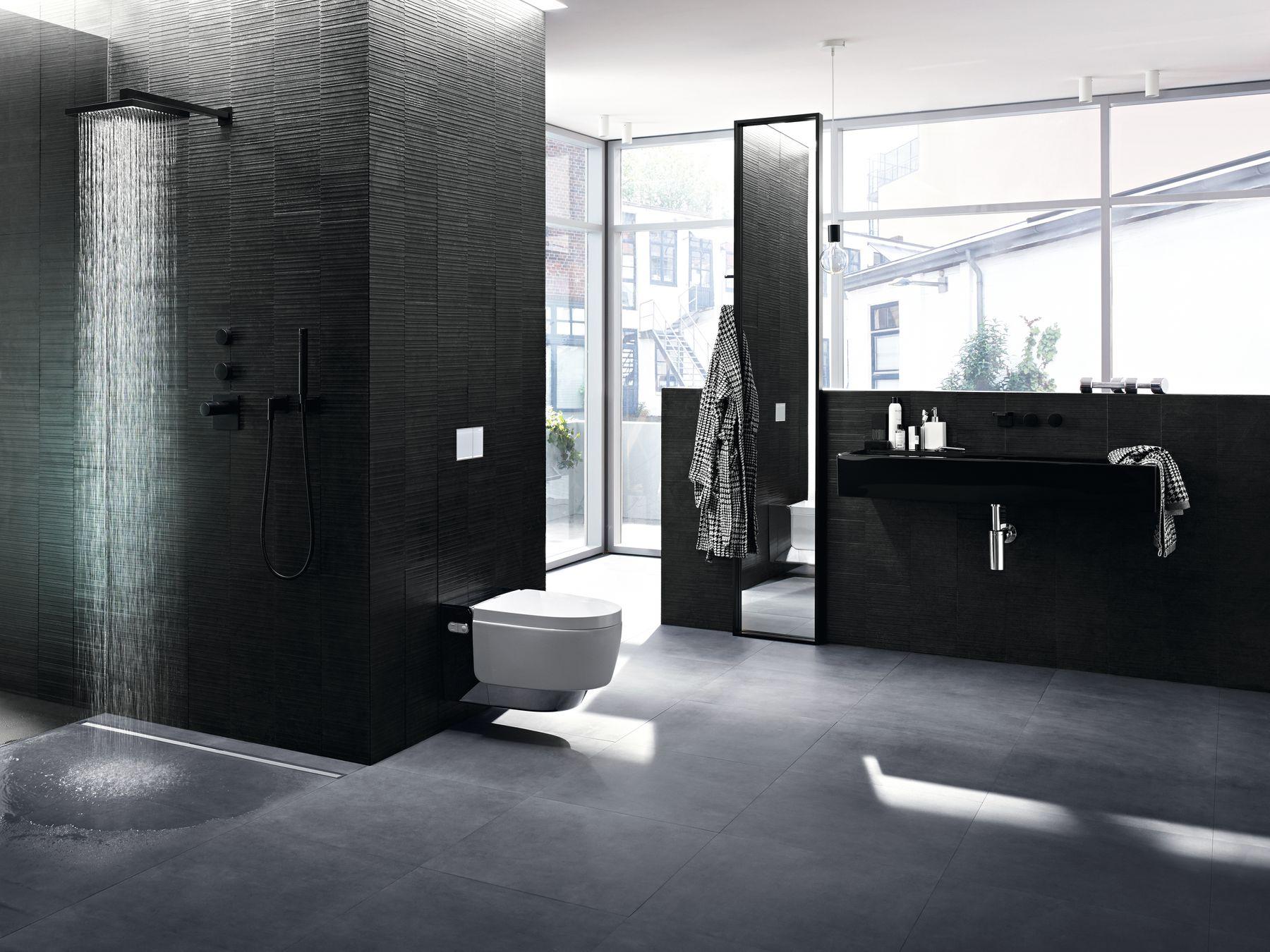 Elegancka łazienka, z prysznicem bezbrodzikowym, w odcieniach czerni, bieli i szarości, z oknami na całą ścianę