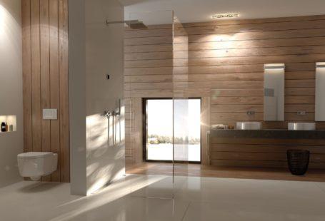 nowoczesna Łazienka geberitu z systemem clen line, czyli prysznic bez brodzika. Projekt o nazwie chanel. Łazienka jest wykończona drewnem i beżowymi płytkami.