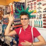Pani Hania w nowojorskim sklepie z pamiątkami na głowie ma koronię statuy wolności