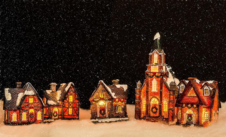Na zdjęciu znajdują się cztery piękne, świąteczne,piernikowe chatki i kościółek na tle ciemnego, gwieździstego nieba.