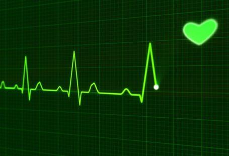 na zdjęciu widoczny jest na ekranie badany pulsometrem puls oraz serce.