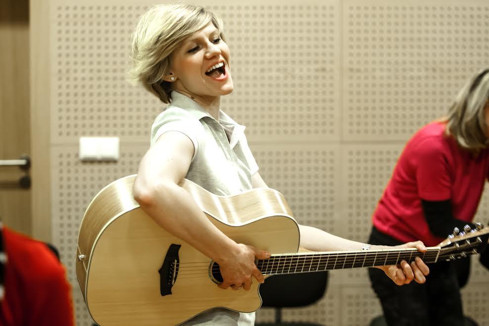Śpiewająca i grająca na gitarze Sara Knapik.