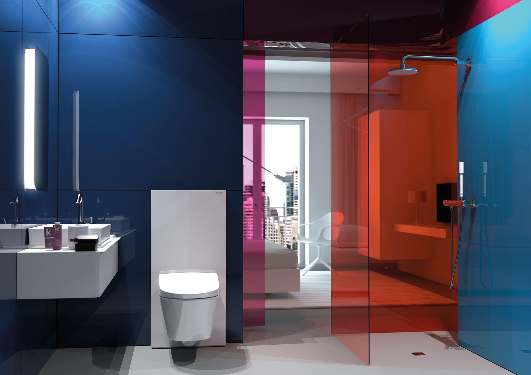 Zdjęcie przedstawia nowoczesną łązienkę hotelową w odcieniach granatu i błękitu na ścianach, bieli na podłodze i koralowej szyby prysznicowej. Po lewej stronie umywalka, po środku sedes, po prawej prysznic bezbrodzikowy