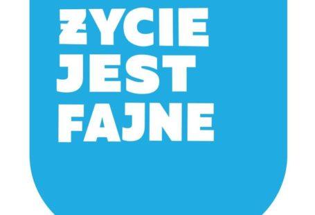 Zdjęcie przedstawia logo klubokawiarni życie jest fajne. Jest to niebieski kubek z biały, napisem życie jest fajne