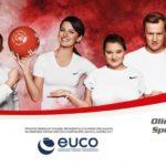 Na zdjęciu znajduje się billboard, zachęcający do kibicowania i wspierania zawodników Olimpiad Specjalnych. Znajduje się na nim miedzy innymi Anna Lewandowska, Jakub Wesołowski, Magdalena Różdżka i inni ambasadorzy.