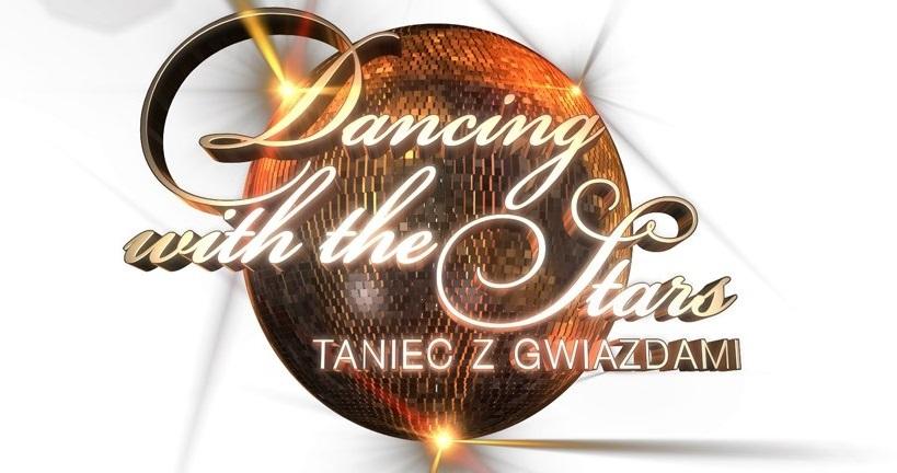 logo tańca z gwiazdami czyli umieszczona na białym tle błyszcząca kula, na której widnieje strony napis dancing with the stars - taniec z gwiazdami
