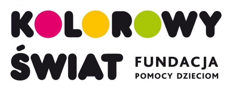 Na obrazku znajduje się logotyp fundacji Kolorowy świat. Jest to czarny napis złożony z zaokrąglonych liter z kolorowymi literkami O.