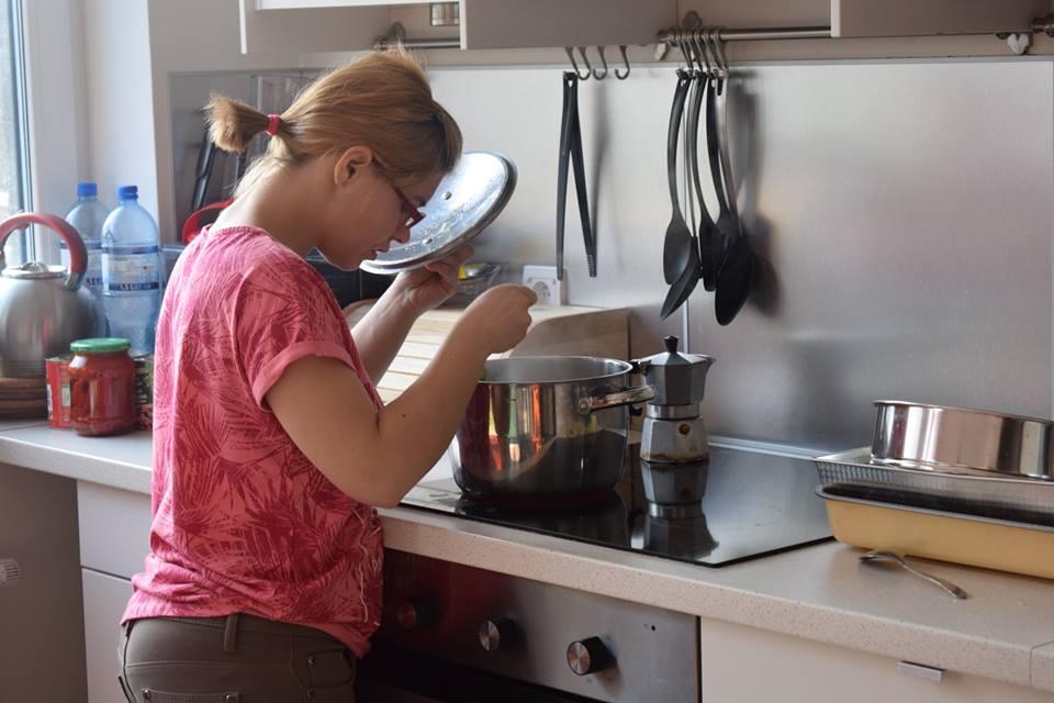 podopieczna w trakcie gotowania w pięknej nowoczesnej kuchni.