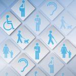 Obrazek przedstawia piktogramy, czyli uproszczone obrazki przedstawiające różne formy dostępności, człowieka siedzącego na wóżku, kobietę w ciąży, człowieka niewidomego z psem przewodnikiem, kobietę z małym dzieckiem, człowieka ze złamaną ręką, człowieka niewidomego z laską, oraz obrazek symbolizujący człowieka głuchego. Są one niebieskie na szarym tle
