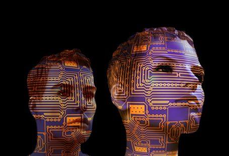 Na zdjęciu znajdują się dwie głowy - kobiety i mężczyzny, całe we wzorach komputerowych, neuronowych, technicznych. Ukazują nowoczesną technologię mózg-komputer