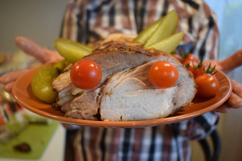 Zbliżenie na wielkanocną potrawę trzymaną przez jednego z podopiecznych. Jest to mięso ozdobione pomidorkami koktajlowymi w miejscu oczu, oraz pokrojone na ćwiartki ogórki konserwowe naśladujące uszy lub rogi.