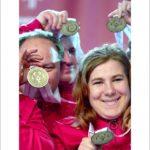 jedno ze zdjęć z wystawy, przedstawiające ewelinę manistę w trakcie radości z otrzymanego medalu.