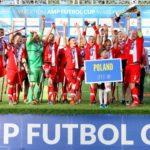 Amp Futbol Cup 2017 fot. Bartłomiej Budny, zdjęcie przedstawia radosną reprezentację Polski z medalem, na podium