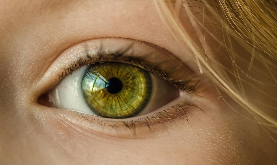 zdjęcie przedstawia zbliżenie na oko. Jest to oko kobiety o kolorze zielonym. Oko zajmuje prawie cały kadr