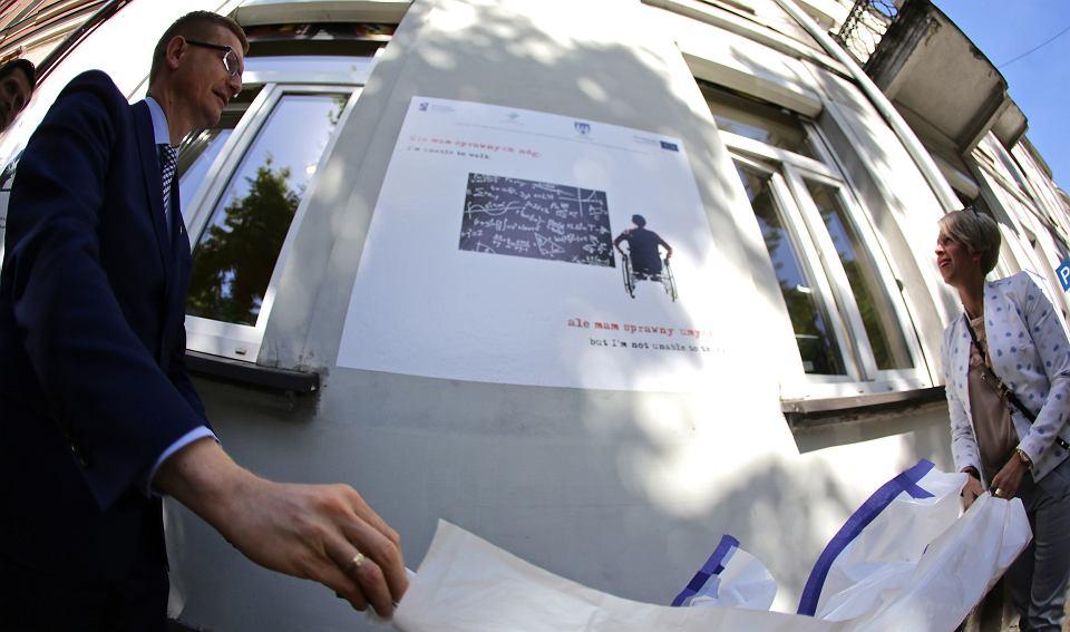 przezydent częstochowy w trakcie odsłaniania jednej z grafik powstałych na ścianie budynku mopsu