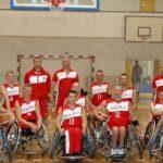 zdjęcie grupowe reprezentacji polski koszykówki na wózkach inwalidzkich