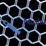 plakat nusinersen, który graficznie przedstawia pełna strzykawkę z igłą wkłuwającą się do kręgosłupa