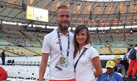 na zdjęciu widoczni są zwycięzsy - asia i michał, pozują na tle wnętrza stadionu