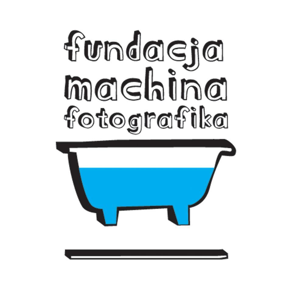 obrazek przedstawia Logotyp Fundacji Machina Fotografika przedstawiający obrys wanny z niebieską wodą w środku