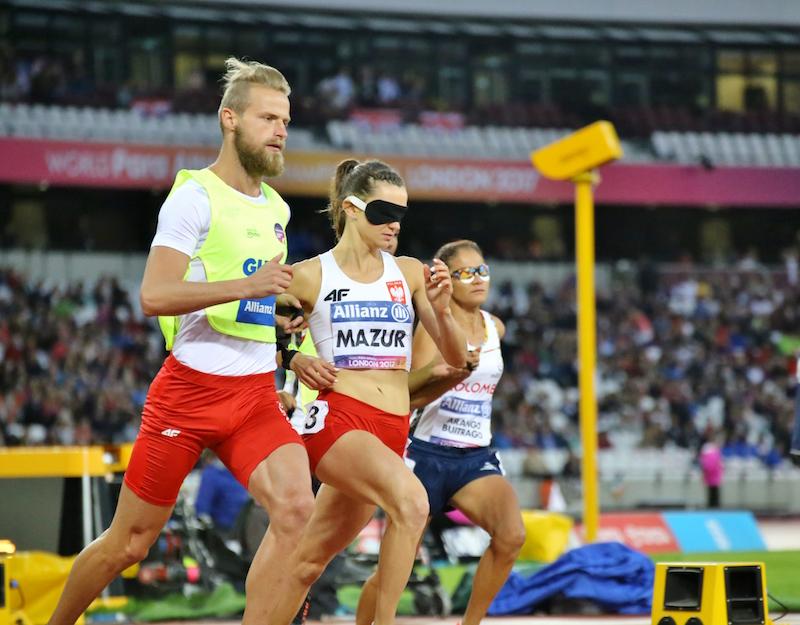 MŚ Londyn2017, mistrzowie joanna i michał podczas biegu, joanna ma na oczach opaskę