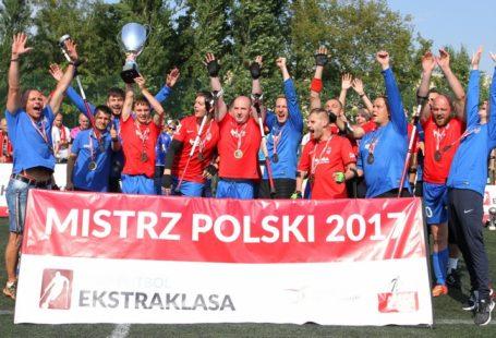 Husaria Kraków - Amp Futbol Ekstraklasa, na zdjęciu widnieją zadowoleni mistrzowie polski 2017, trzymający baner oraz zwycięzki medal