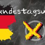 plakat promujący zbliżające się wybory w Niemczech czyli zarys granic kraju wypełniony kolorami flagi niemieckiej, oraz obok kółko z zaznaczonym iksem, na górze napis bundestagswahl